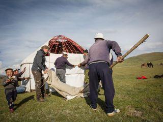 Kyrgyzstán - staviame jurtu