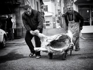 Čerstvé  mäso na ceste do obchodu