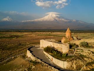 Letecký záber na Khor Virap s Araratmi v pozadí