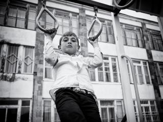 Malý gymnasta počas veľkej prestávky